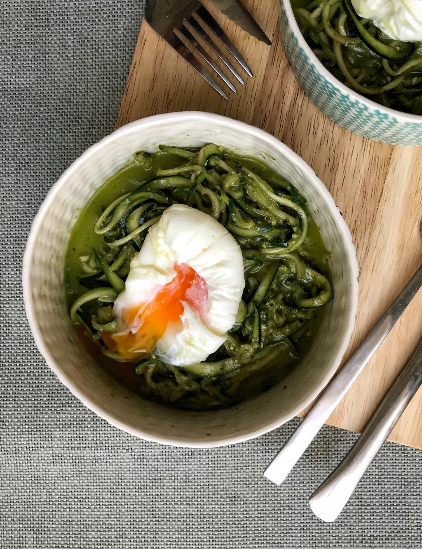 Espaguetis de calabacín con huevo poché